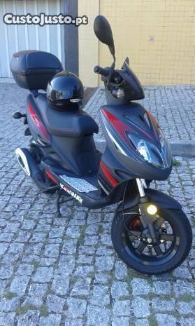 scooter 125 de 2013 como nova com 2700 quilómetro