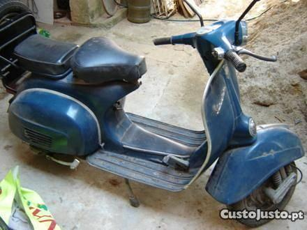 vespa antiga com documentos